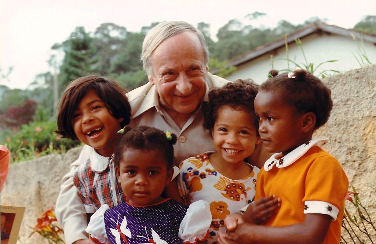 Oprichter Hermann Gmeiner op bezoek in een SOS Kinderdorp